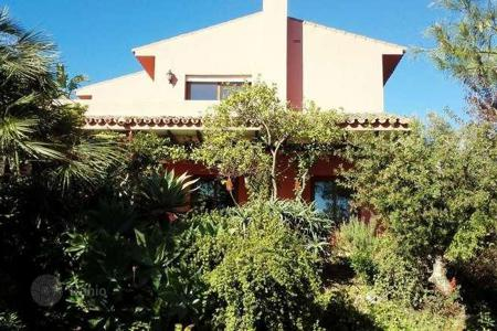 2 bedroom houses for sale in Marbella. Excellent investment in golf area
