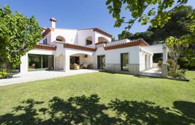 Luxury 5 bedroom houses for sale in Costa Brava. Spacious villa with a pool, a terrace and a garden, in a gated residence, 400 meters from the beach, S'Agaro, Spain