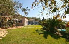 4 bedroom houses for sale in Côte d'Azur (French Riviera). Beautiful dominant provençal villa close to amenities