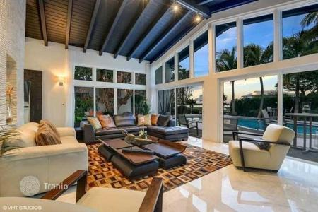 Luxury 3 bedroom houses for sale in North America. Villa with a swimming pool, a garden, a private mooring, a mini golf course and a view of the bay, Miami, Florida