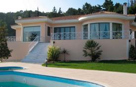 6 bedroom houses by the sea for sale in Thessalia Sterea Ellada. Elegant villa in Oropos, Greece. Parking for six cars, picturesque garden, barbecue area, swimming pool, 700 meters from the sea
