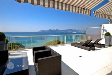 Luxury 2 bedroom apartments for sale in Côte d'Azur (French Riviera). Splendid top floor apartment with large terrace on the Croisette
