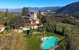 Houses with pools for sale in Umbria. Historic villa in Umbria