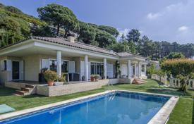 Houses with pools for sale in Cambrils. Spacious villa with a pool, a terrace and a veranda, Cabrils, Spain