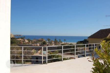 Houses with pools by the sea for sale in Alicante. Villa in Campoamor