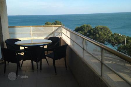 Apartments with pools for sale in Tarragona. Apartment on the sea front with stunning views in Miami Platja