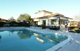 Coastal houses for sale in Milan. Villa with garden and swimming pool, in the prestigious area of Italian elite, in Milan