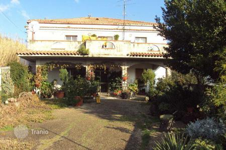 5 bedroom houses for sale in Abruzzo. Detached house with garden located in the centre of Atri