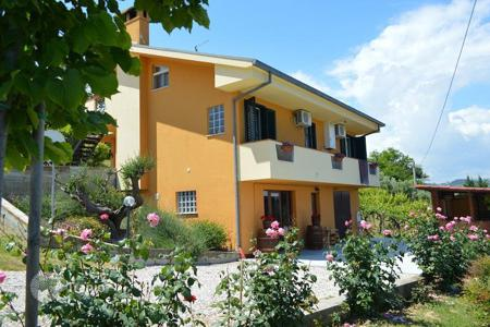 4 bedroom houses for sale in Abruzzo. House in Teramo, Abruzzo. Italy