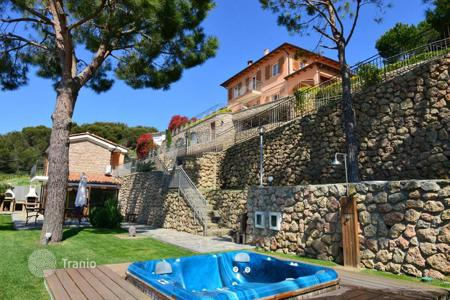 Property for sale in Liguria. House with a large weel kept garden and panoramic views of the city, the sea and the French coast