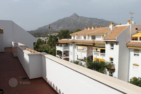 Apartments with pools for sale in Puerto Banús. Renovated penthouse with a terrace of 75 m², in a new residential complex with pools and tennis courts, near the beach, Puerto Banus