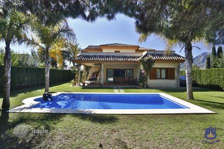 4 bedroom houses for sale in Andalusia. Beautiful 4 bedroom villa with sea views in Marbella