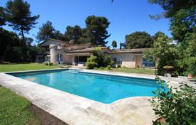 Luxury 5 bedroom houses for sale in Côte d'Azur (French Riviera). Spacious villa with a pool, terraces and sea views, Saint-Paul-de-Vence, France