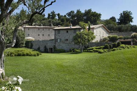 6 bedroom houses for sale in Southern Europe. Historic manor built in 1800 year on Lake Garda