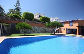Houses with pools for sale in Fuengirola. Comfortable villa with a private garden, a pool, a garage and a terrace, Fuengirola, Spain
