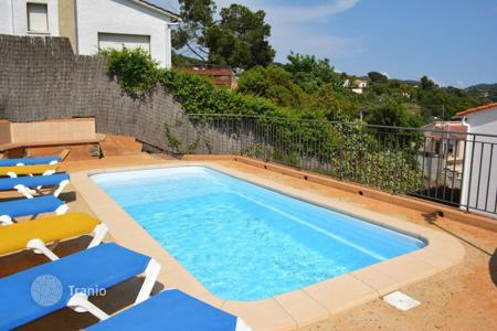 4 bedroom houses for sale in Catalonia. Beautiful villa with swimming pool in Aiguaviva park