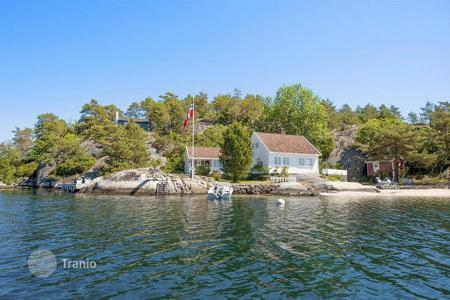 Houses for sale in Norway. Country house with a large plot on the seafront in Kristiansand, Norway