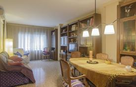 Coastal residential for sale in Badalona. Three-bedroom flat with terrace