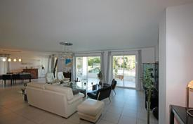 Luxury 3 bedroom apartments for sale in Cannes. Spacious apartment with a sea view in a residence with a garage, Cannes, France