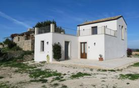 Property for sale in Sicily. Cottage with garden and olive grove, Noto, Italy