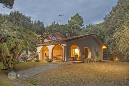 4 bedroom houses for sale in Tuscany. Villa – Marina di Pietrasanta, Tuscany, Italy