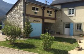 5 bedroom houses for sale in Aquitaine-Limousin-Poitou-Charentes. Villa with a facade made of natural stone, with an additional outbuilding and views of the Pyrenees, Pau, France