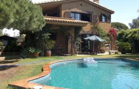 Coastal chalets for sale in Costa Brava. House in urb. Tortuga