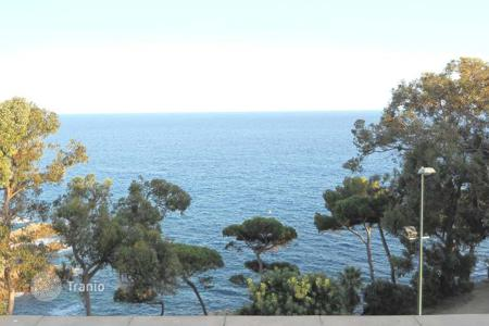 Coastal apartments for sale in Southern Europe. Two-bedroom apartment with sea views, only 100 meters from the beach in Lloret de Mar