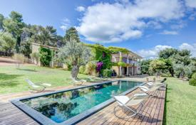Houses with pools by the sea for sale in Spain. Villa with sea views, a garden and a pool close to the beach, Bonaire, Spain