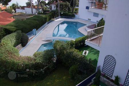 Apartments with pools for sale in Roquebrune - Cap Martin. Charming 2-bedroom apartment