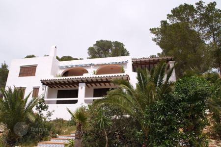 Houses from developers for sale in Ibiza. Charming house located on a slope close to the village os Es Cubells, in the South West of the island