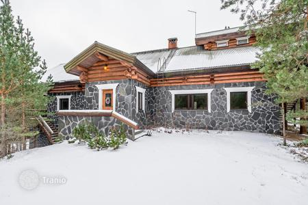 Houses with pools for sale in Northern Europe. Spacious cottage with a swimming pool and 2 saunas, on a large plot of land, with a picturesque view of the surroundings