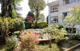 5 bedroom houses for sale in Ile-de-France. La Celle-Saint-Cloud. A superb property with a garden