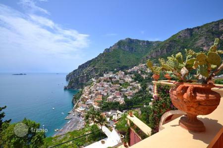 Villas and houses for rent with swimming pools in Italy. Rent beautiful villa with a private spa on the Amalfi Coast