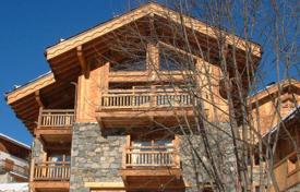 Property to rent in Méribel Village. Comfortable two-level chalet with 4 bedrooms, 4 bathrooms, living room with fireplace, kitchen and steam room, in Méribel