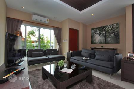 Property to rent in Chonburi. Furnished villa with a terrace, a pool and a garage, Jomtien, Pattaya, Thailand. Discounts!