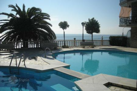 Apartments with pools by the sea for sale in Ospedaletti. Elegant apartment in Ospedaletti, Italy. Elite residential complex with a concierge, a pool and a tennis court, at 200 m from the sea