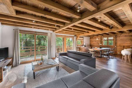 4 bedroom villas and houses to rent in Auvergne-Rhône-Alpes. New chalet in Megeve, France. House for 10 people, with terraces, balconies and a garage
