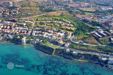 Houses with pools by the sea for sale in Tuscany. PRESTIGIOUS VILLA WITH A SWIMMING POOL AND A FANTASTIC VIEW OVER THE ISLAND OF ELBA – PIOMBINO