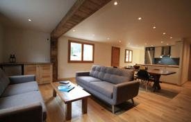3 bedroom apartments for sale in Auvergne-Rhône-Alpes. Modern apartment with a mountain view and a terrace, Morzine, France