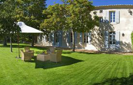 Villas and houses to rent in Saumane-de-Vaucluse. Close to L'Isle-sur-la-Sorgue — Magnificient farmhouse with view