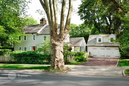 5 bedroom villas and houses to rent in USA. East Hampton Village 5-Bedroom w/Pool — August to Labor Day Rental