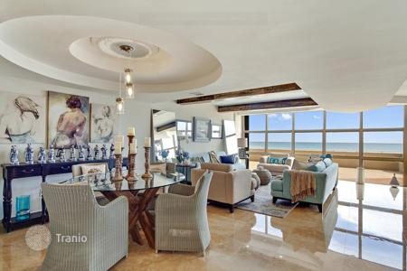 1 bedroom apartments for sale overseas. Furnished apartment with a spacious terrace on the beach, Miami, Florida, USA