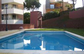 Apartments with pools for sale in Southern Europe. New apartments in a complex with pool, garden and parking 650 meters from the sea, in Lloret de Mar, Costa Brava