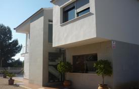 Houses with pools by the sea for sale in Benidorm. Three-bedroom cozy villa with a patio in the center of Albir, Spain