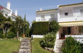 Coastal townhouses for sale in Costa del Sol. Lovely townhouse with three bedrooms in Artola Baja only 300m away from the beach