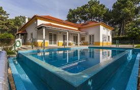 Houses with pools for sale in Setubal. House with 720 m² of construction area and land with 1,633 m², located in Herdade da Aroeira