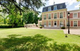 Luxury residential for sale in Ile-de-France. Saint-Cloud – A magnificent private mansion in a private residential park