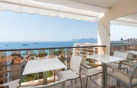 3 bedroom apartments by the sea for sale in Cannes. Cannes — Croisette — Sea view terrace