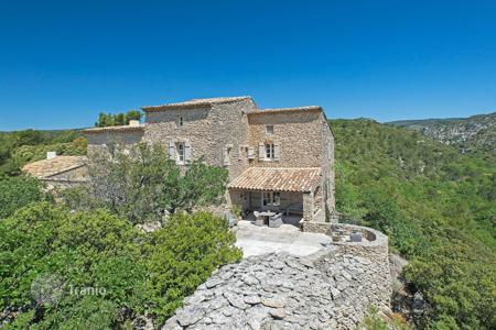 Luxury residential for sale in Gordes. Gordes — Property with amazing view